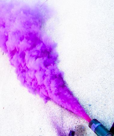 """Brindisi: comincia il lancio di bombe fumogene. Ora spunta la """"monade""""."""
