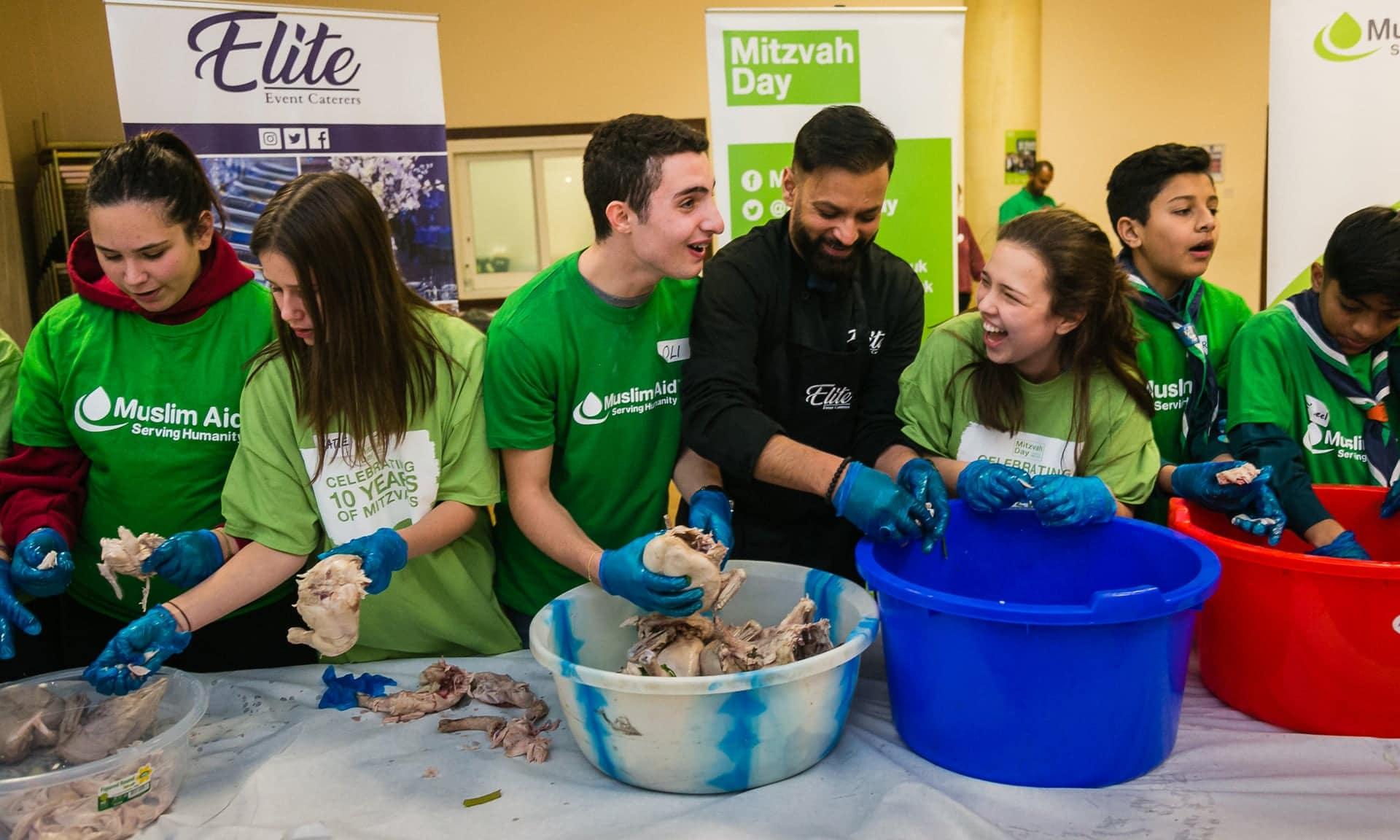Mitzvah Day: 3.240 volontari ebrei e musulmani si uniscono per servire la zuppa ai senzatetto