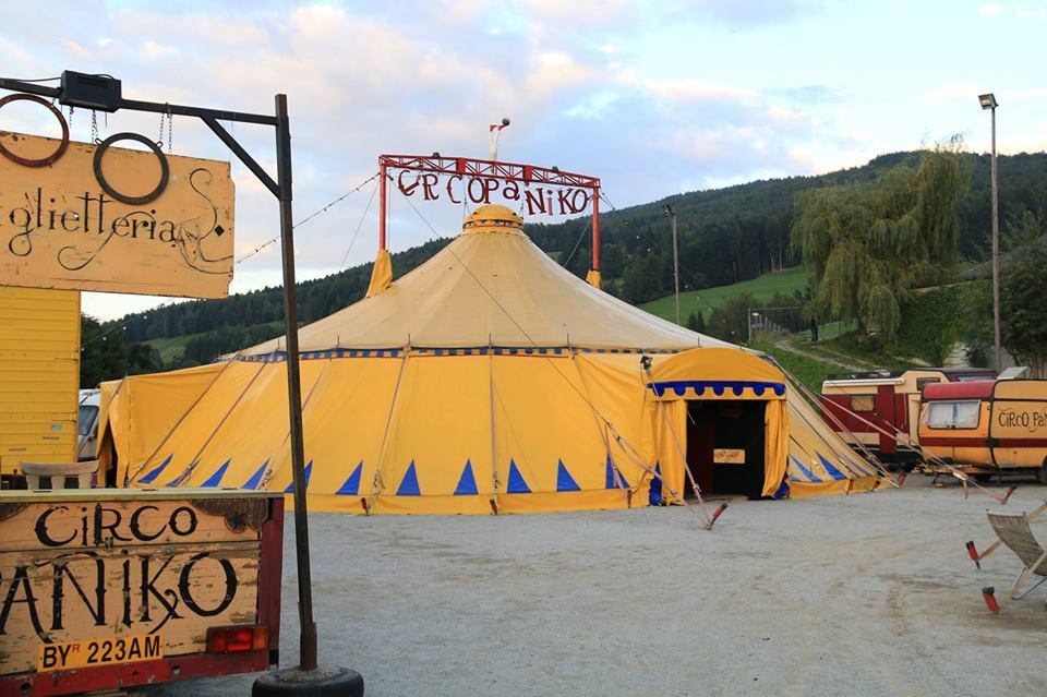 """Tutto esaurito a Cagliari per il circo senza animali """"Paniko"""": gli artisti hanno posticipato la partenza"""