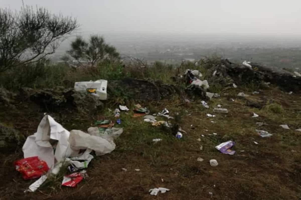 Plastica e rifiuti sul Vesuvio: l'inciviltà del picnic di Pasquetta… nel Giorno della Terra