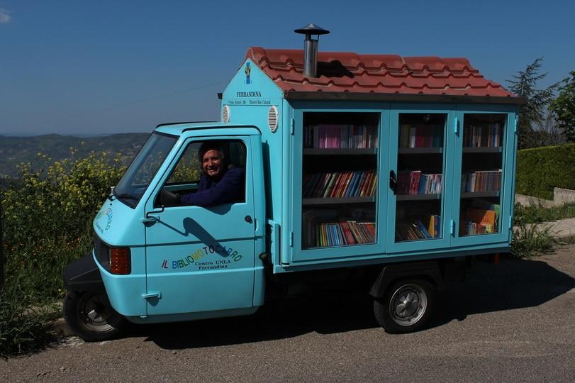 Il bibliomotocarro per diffondere la lettura