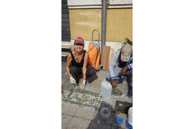 Irina Belaeva: l'artista che ripara le buche di Messina con i mosaici