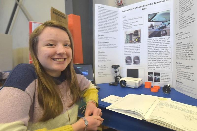 Studentessa di 14 anni trova un modo per risolvere il problema dei punti ciechi nelle auto (VIDEO)
